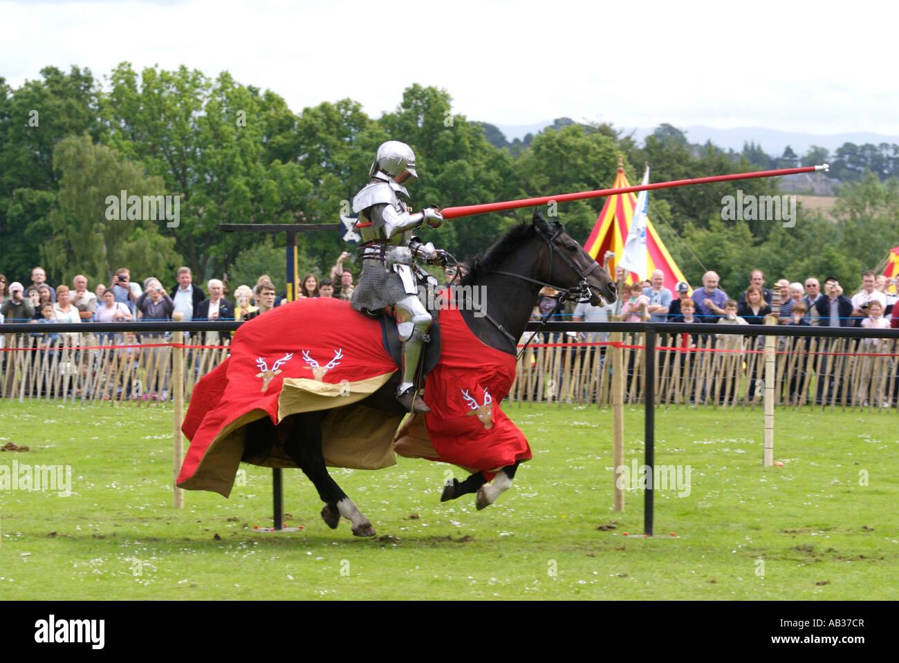 Ritterturniere Ritter in Rüstung galoppiert in Dunfermline öffentlichen Park 2007 Stockbild