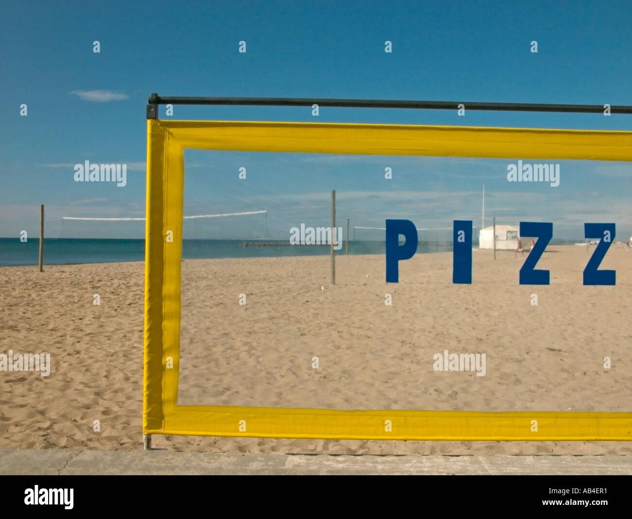 Blick durch einen Pizza-Snack-Bar-Windschutz an einem Strand, Frankreich. Stockbild