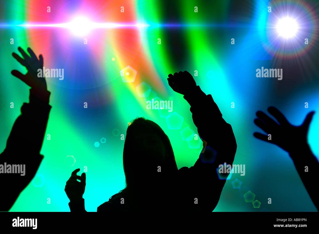 Silhouette der heranwachsende Mädchen und jungen bei Rave Tanz Konzert Stockbild