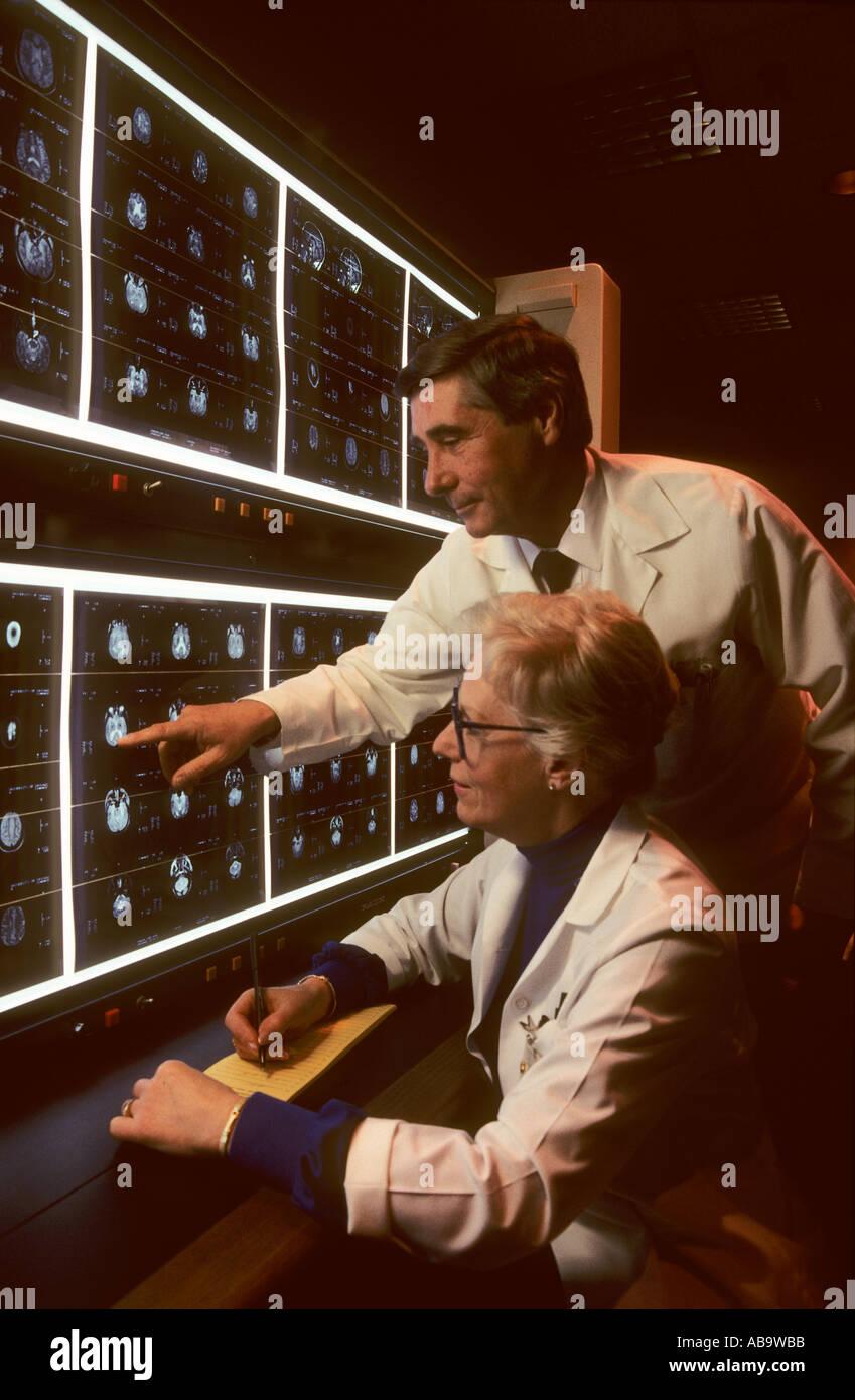 Ärzte betrachten NMR-Bilder Stockbild
