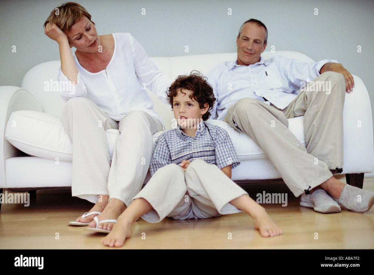 Trendige Großeltern mit Enkel zu Hause Stockbild