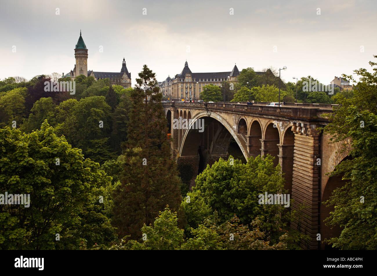 Adolphe-Brücke und die BCEE Gebäude über das Tal der Petrusse in Luxemburg-Stadt Stockbild