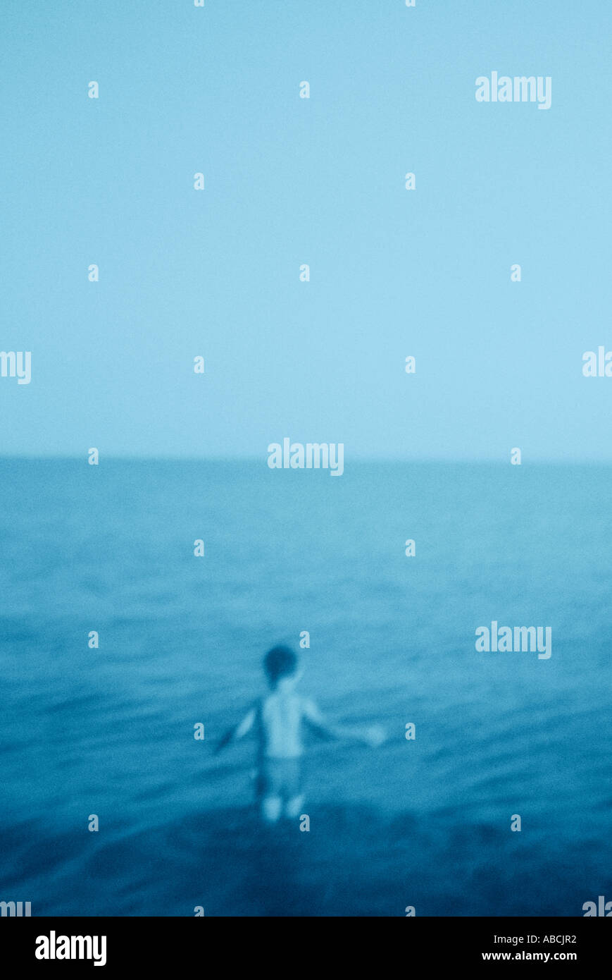 Kleiner Junge waten ins Meer (Cyanotypie) Stockbild