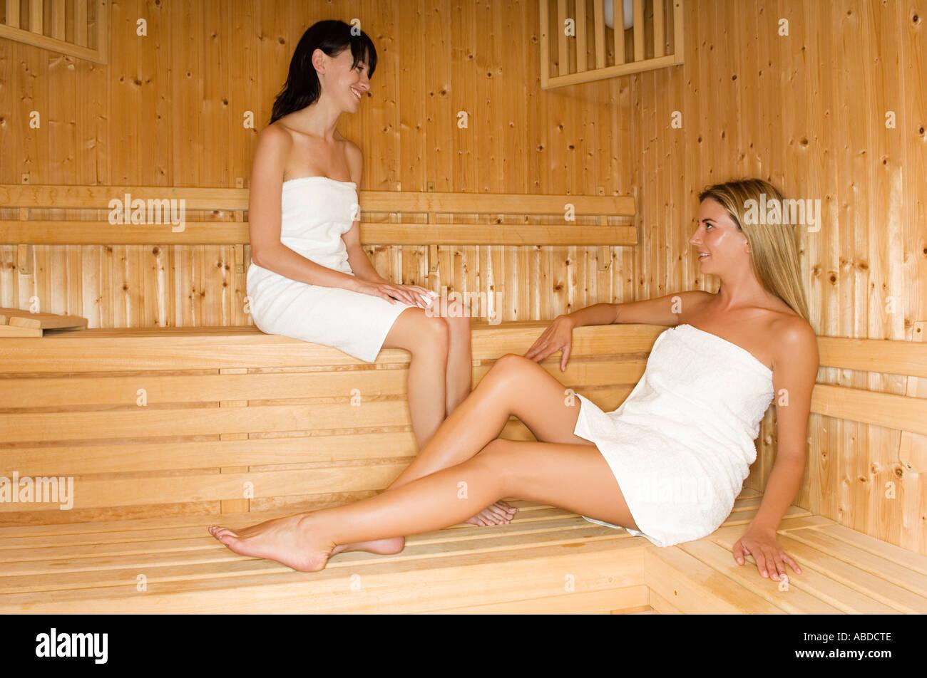 Frauen In Sauna : zwei frauen in der sauna stockfoto bild 7347853 alamy ~ Whattoseeinmadrid.com Haus und Dekorationen