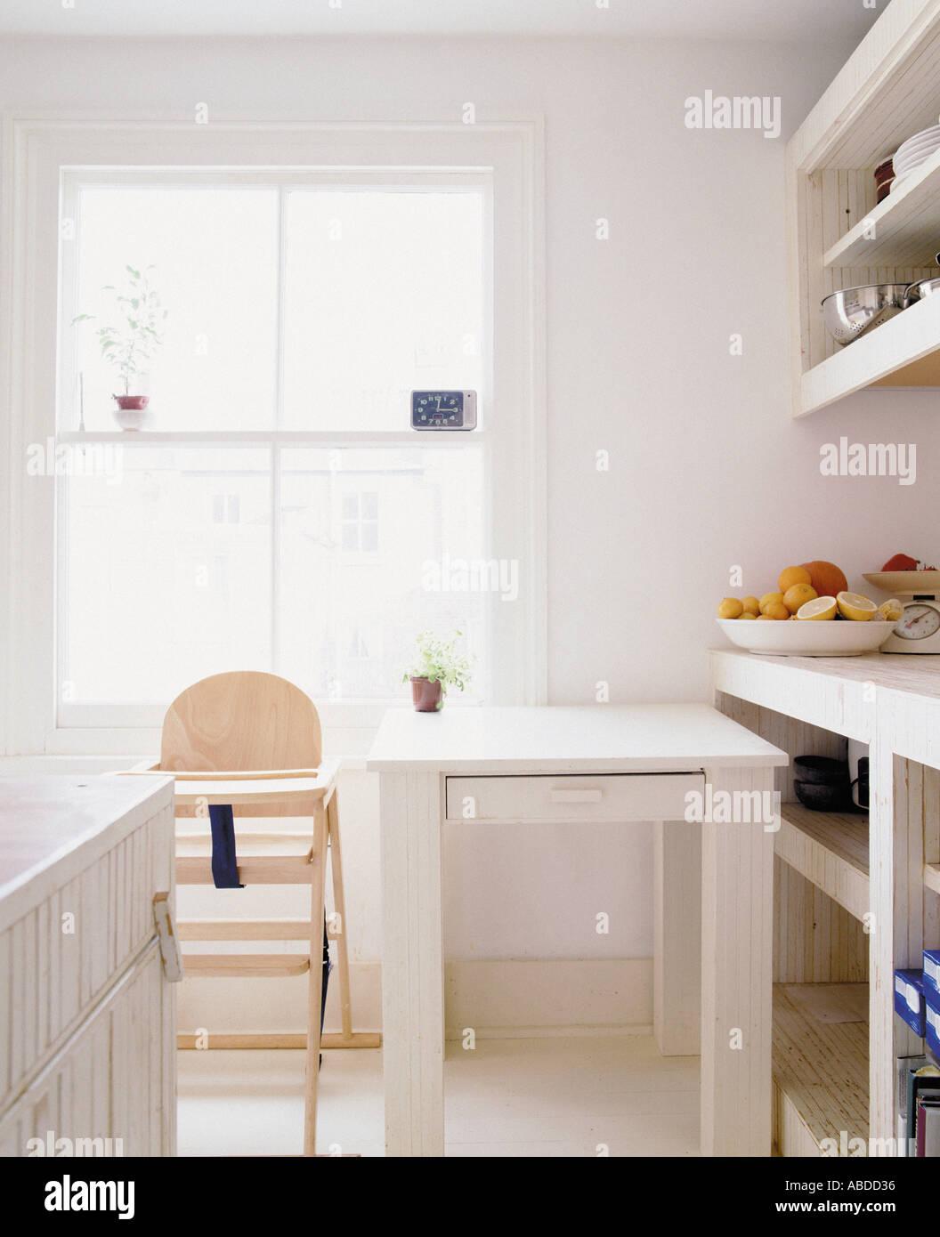 Küche Mit Esstisch Und Kinderhochstuhl