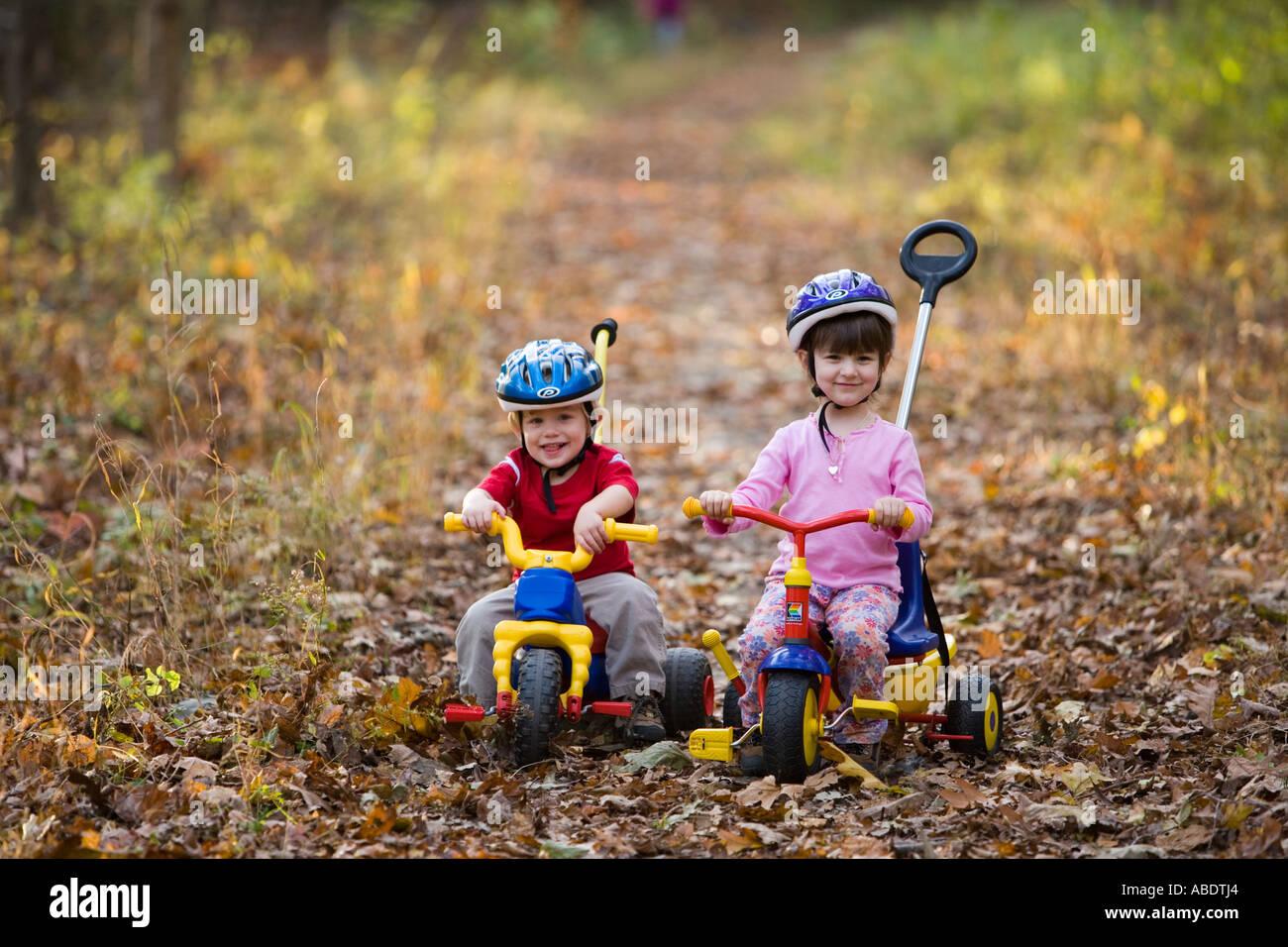 ein kleiner junge 2 jahre und seine schwester alter 4 auf ihre fahrr der newfields rail trail im. Black Bedroom Furniture Sets. Home Design Ideas