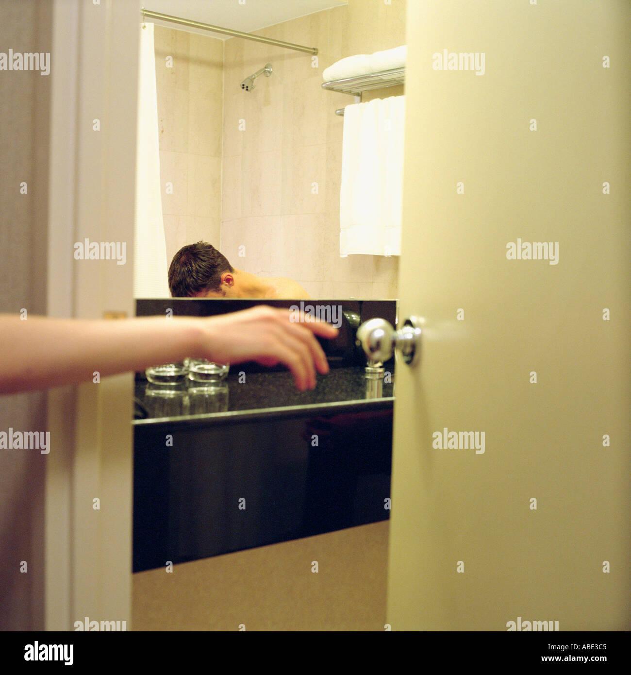 Person, Die Badezimmertür Zu öffnen