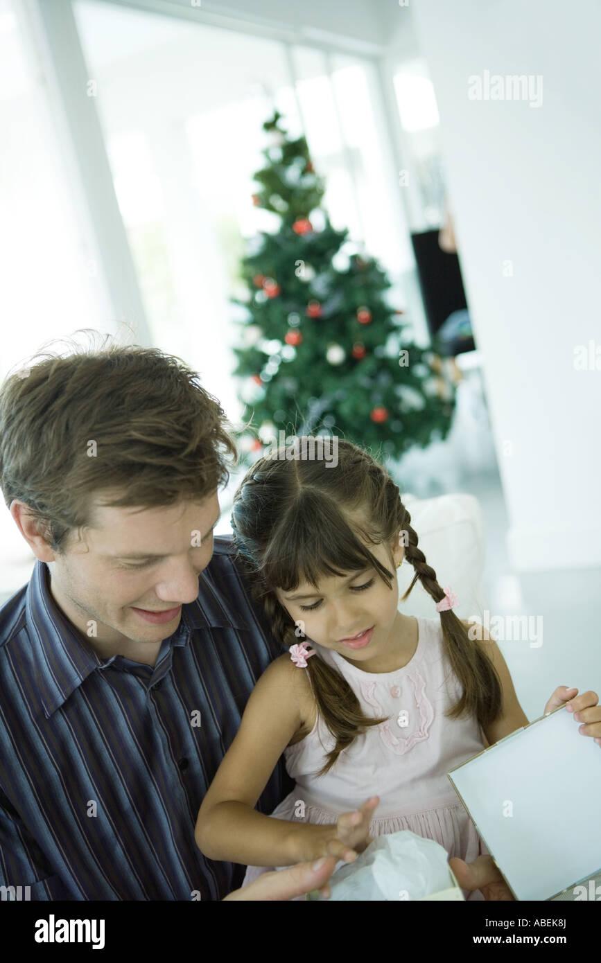 Mädchen sitzen auf Vaters Schoß, Eröffnung Weihnachtsgeschenk ...