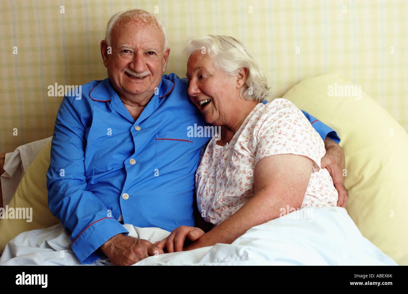 Älteres Paar im Bett