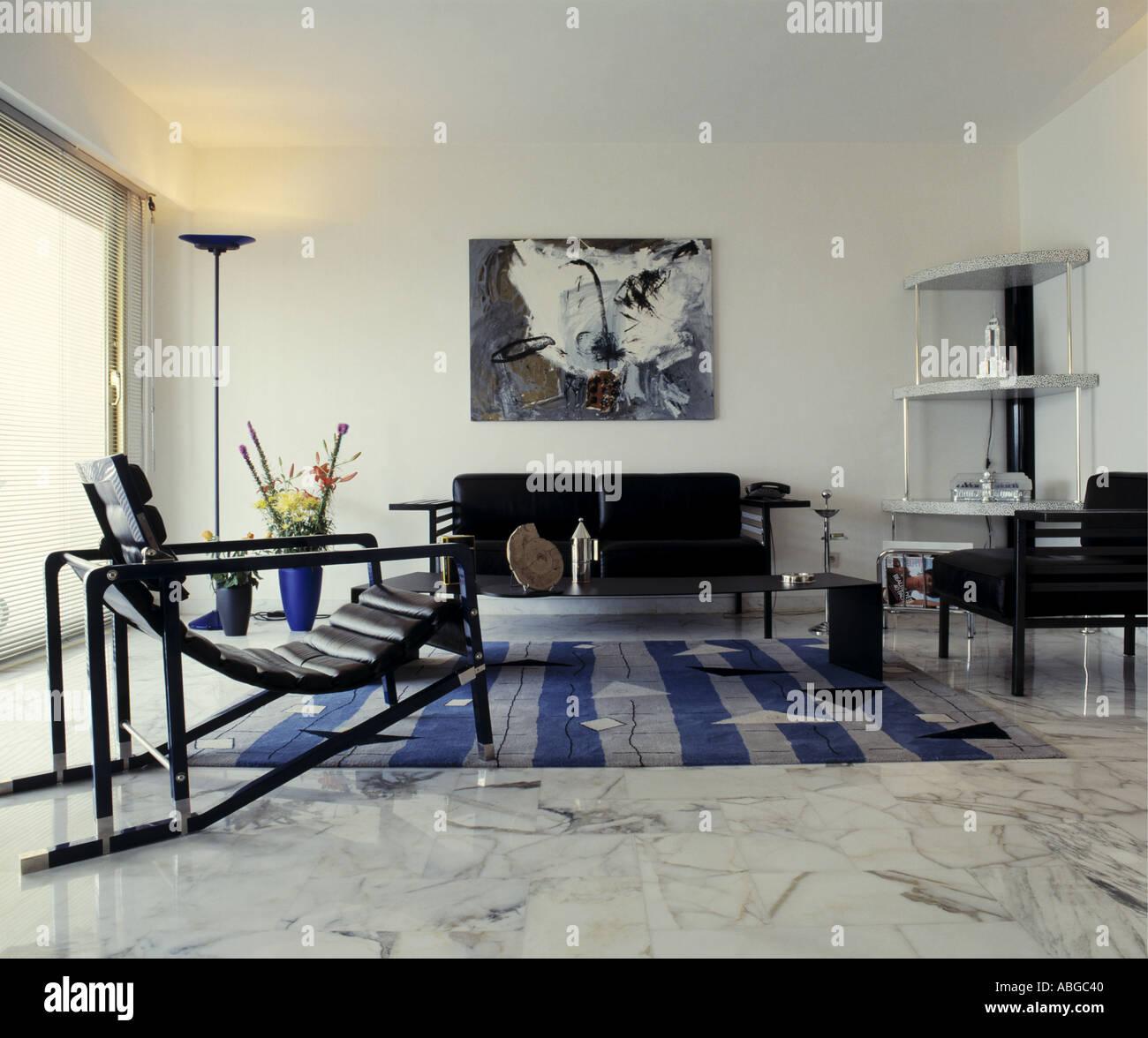 Marmorboden und schwarz Relaxsessel in modernen weißes 60er Jahre ...