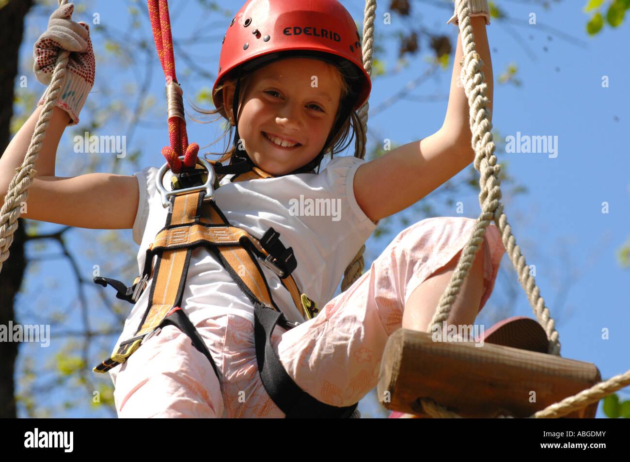 Kletterausrüstung Kinder : Mädchen mit kletterausrüstung klettern wald neroberg wiesbaden