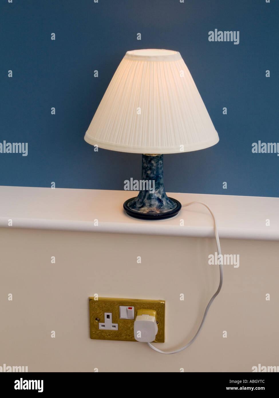 tischleuchte leuchten lampe schatten auf wei em fensterb nke mit blauen hinter in die steckdose. Black Bedroom Furniture Sets. Home Design Ideas
