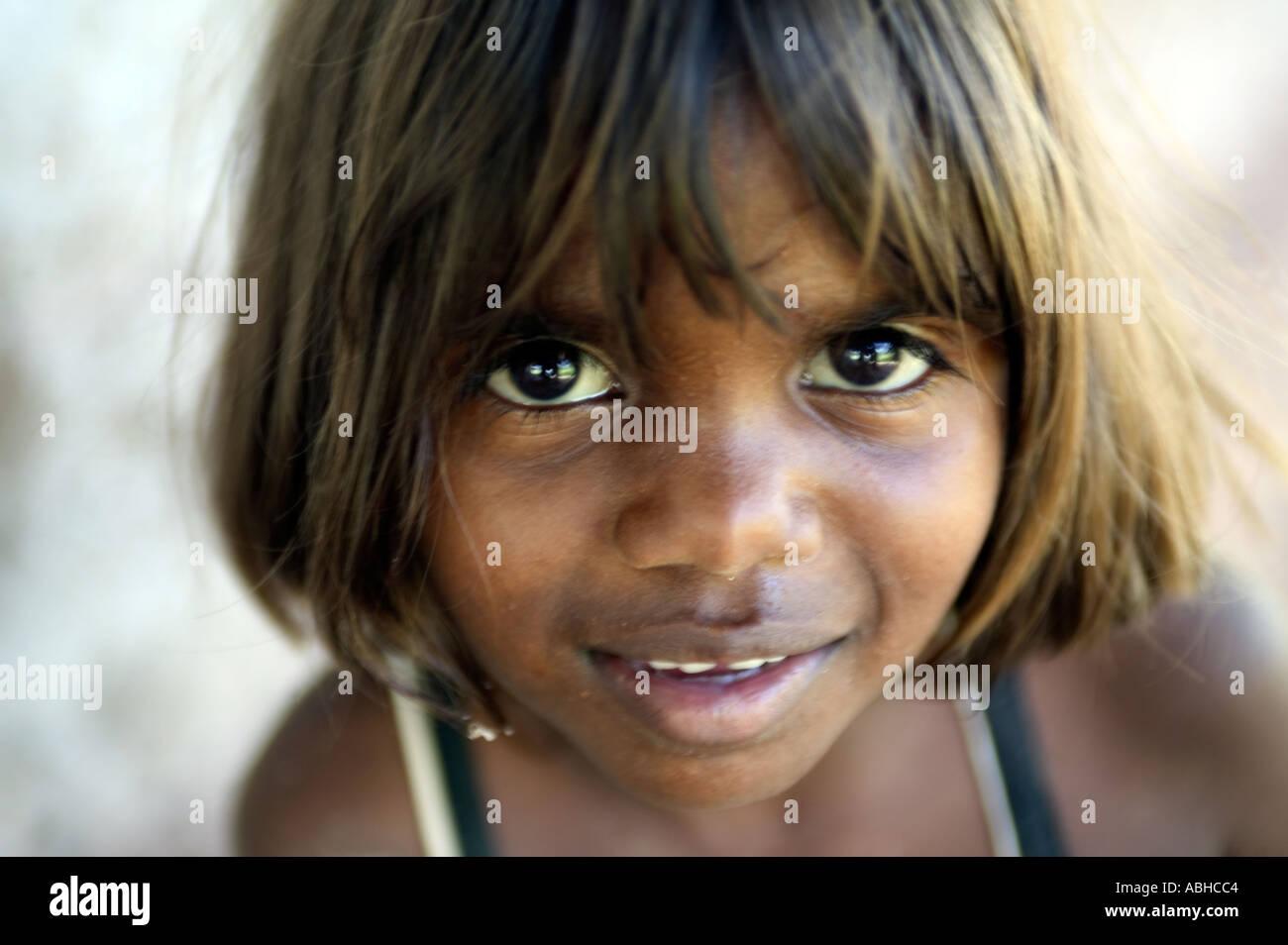Aborigine-Mädchen aus der Manyalluluk-Outback-Community in der Nähe von Pine Creek im Northern Territory von Australien Stockbild