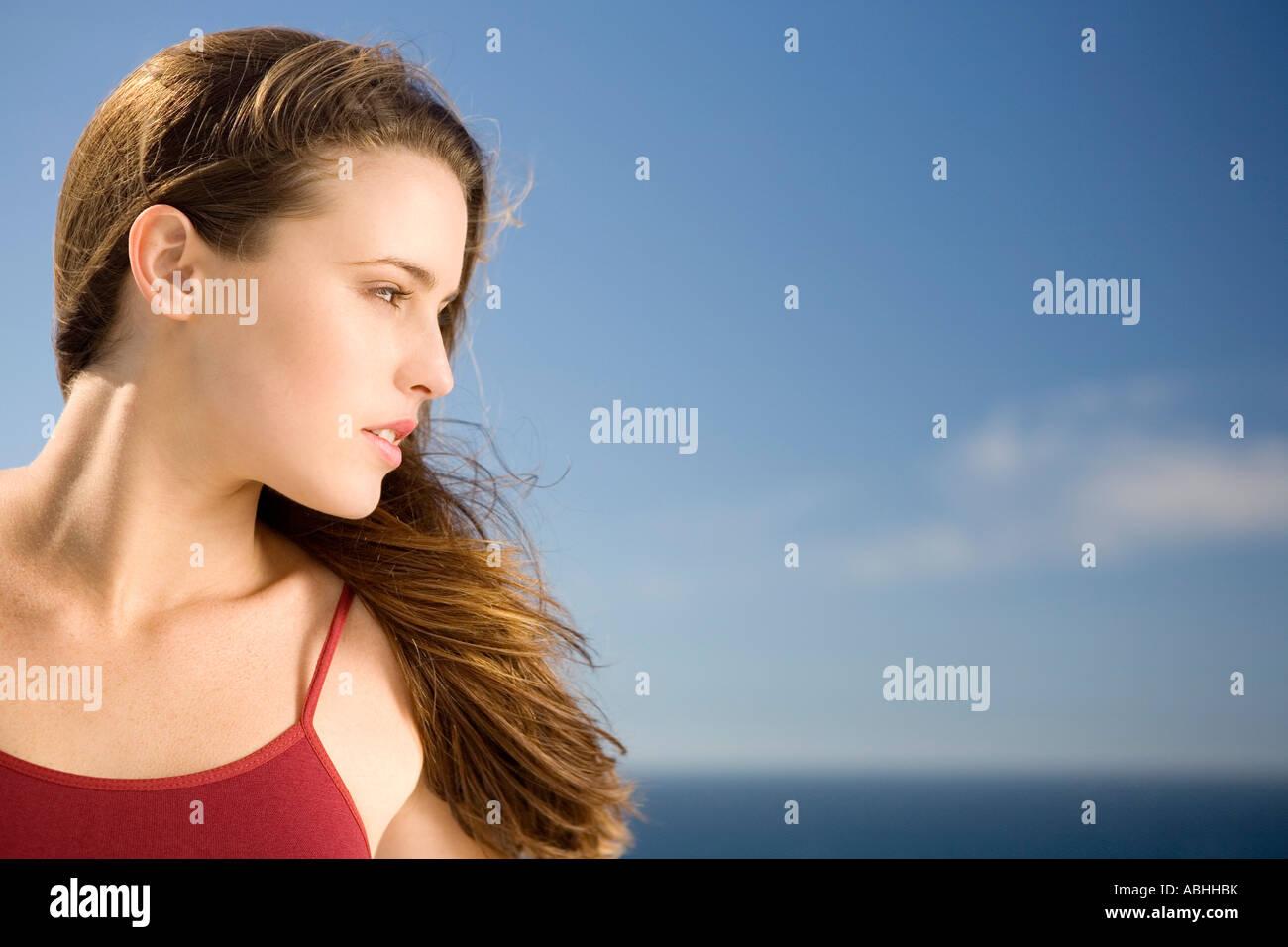 Porträt einer jungen Frau, Profil, im freien Stockbild