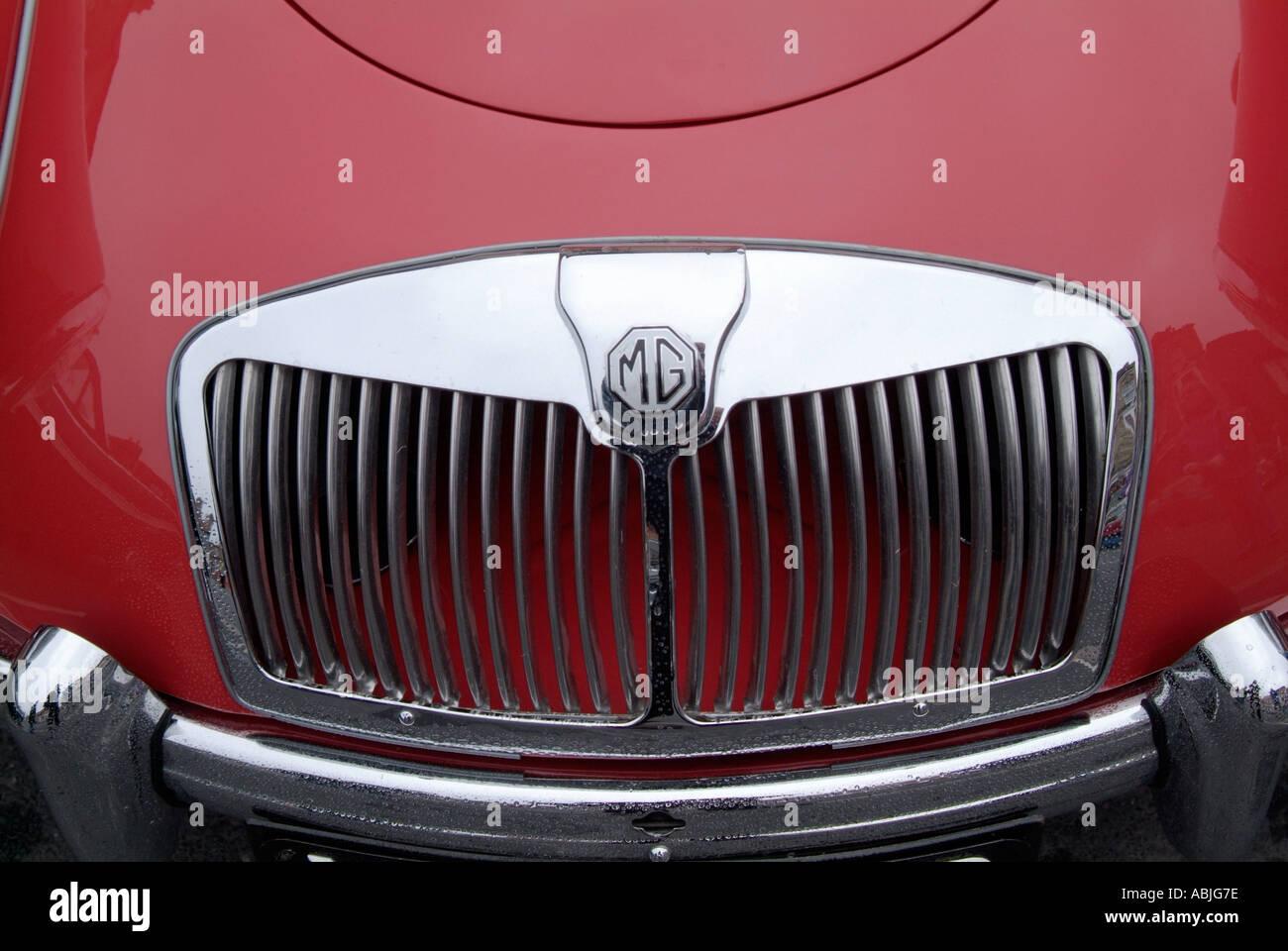 MGA Kühlergrill Morris Garage Logo Emblem Abzeichen rot Stockbild
