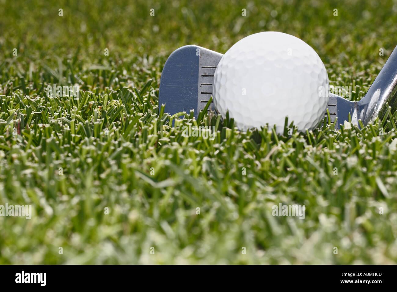 Nahaufnahme von Golfschläger mit Ball auf Fairway Stockbild