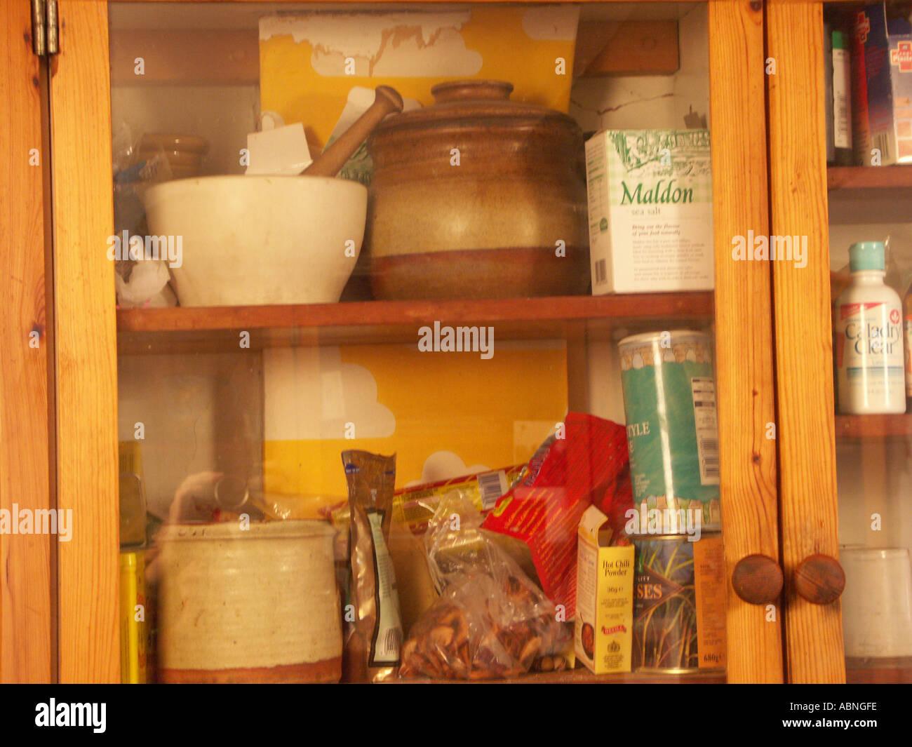 Glas und Holz Küchenschrank voller Kräuter und Töpfe in einem ...