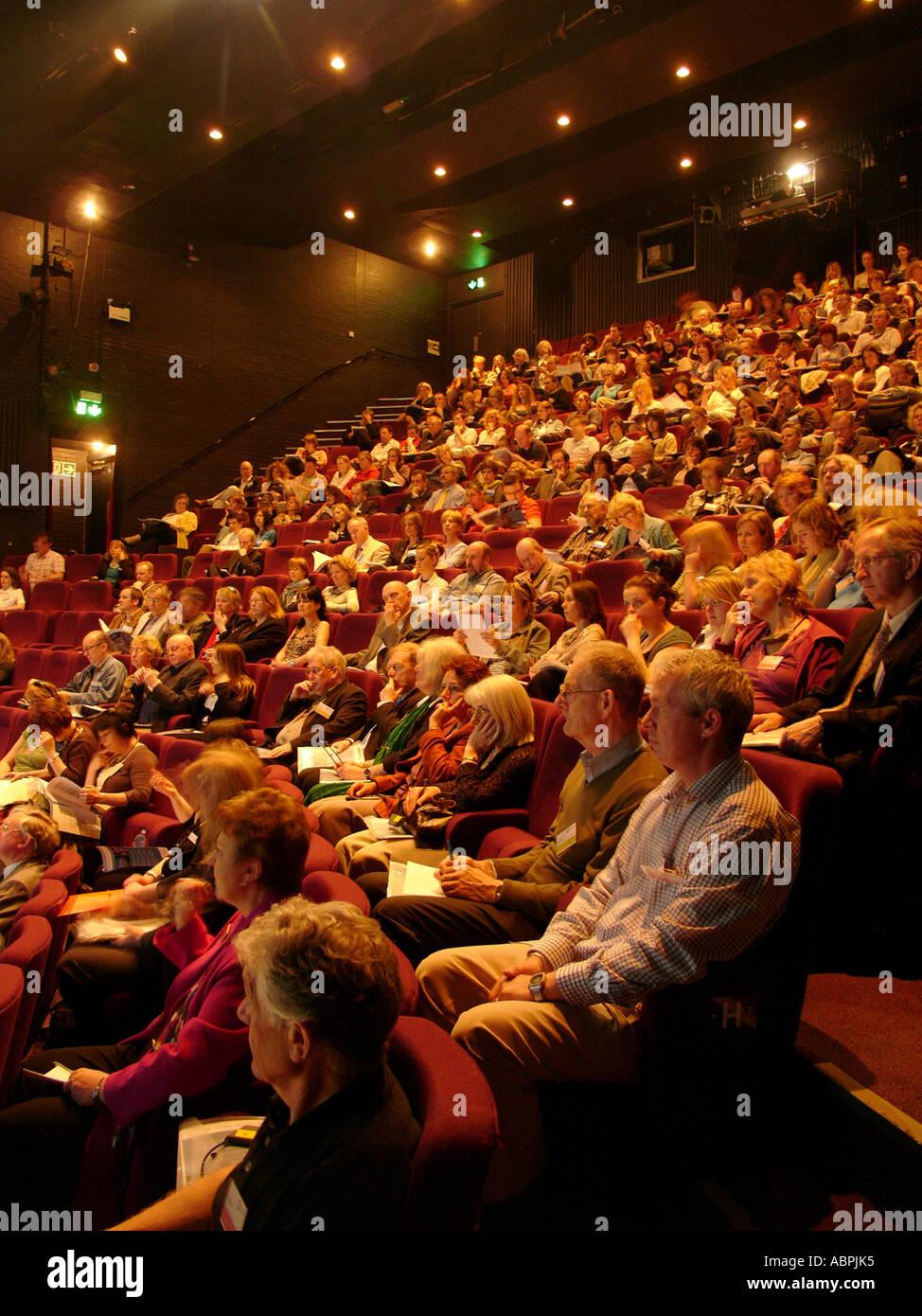 Das Theater im Aberystwyth Arts Centre - voller Leute im Publikum für eine Aufführung von einer Spiel-Drama-Tanzveranstaltung Stockbild