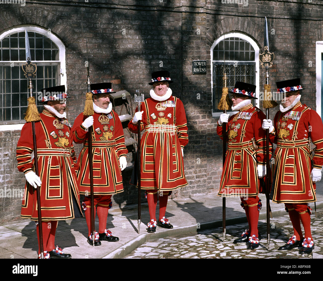 GB - LONDON: Yeoman Warders an der Tower of London Stockfoto