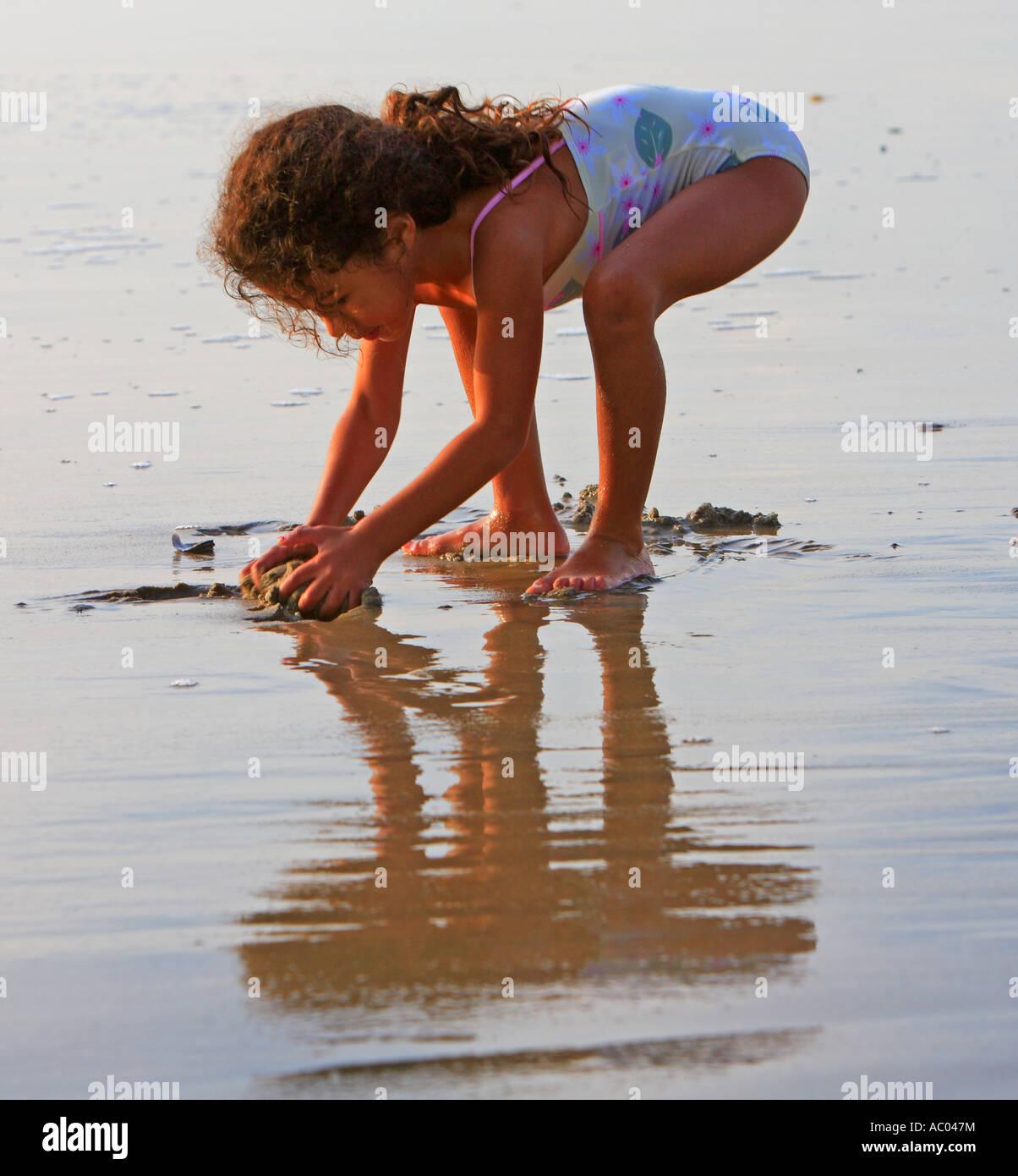 Junge Madchen Spielen In Der Sand Hunington Beach Pier Orange County California Vereinigte