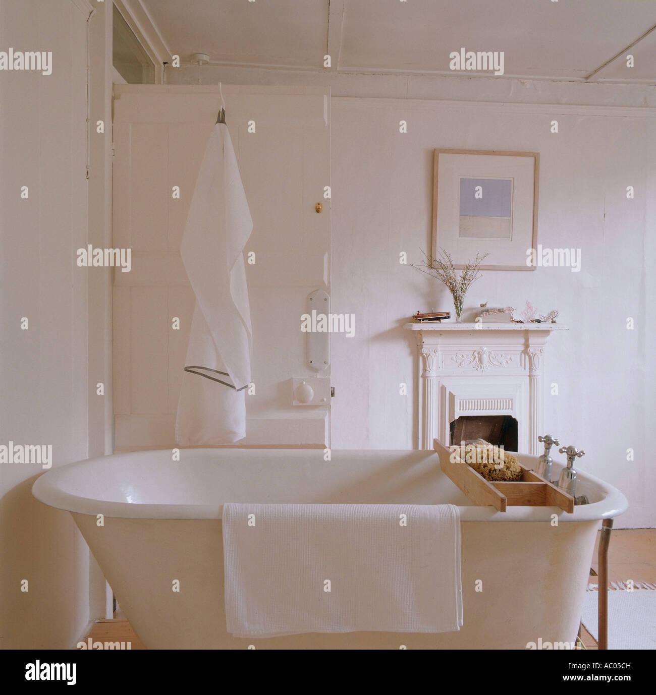 Freistehende Badewanne Im Badezimmer Von Restaurierten 18. Jahrhundert  Stadthaus