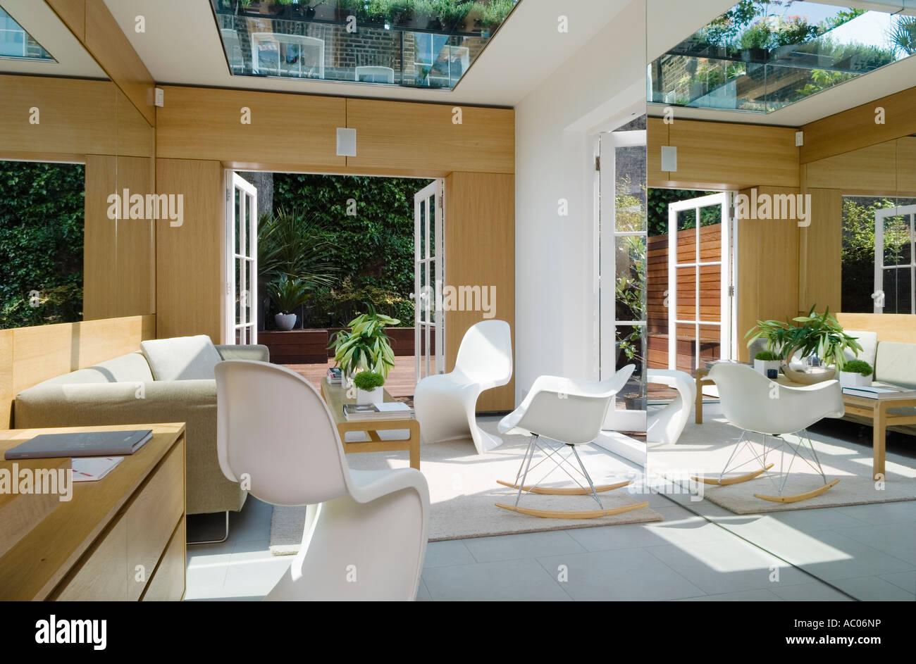 Moderne gespiegelt-Wohnzimmer mit Panton Stühle und Fenstertüren ...