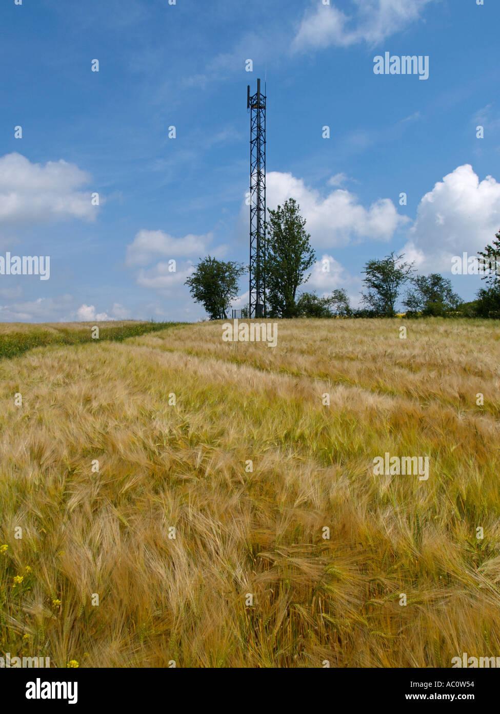 GSM Handy Mobiltelefon Kommunikation Netzwerk Antenne Sendemast auf einem Hügel im ländlichen Frankreich Haute Marne Stockfoto
