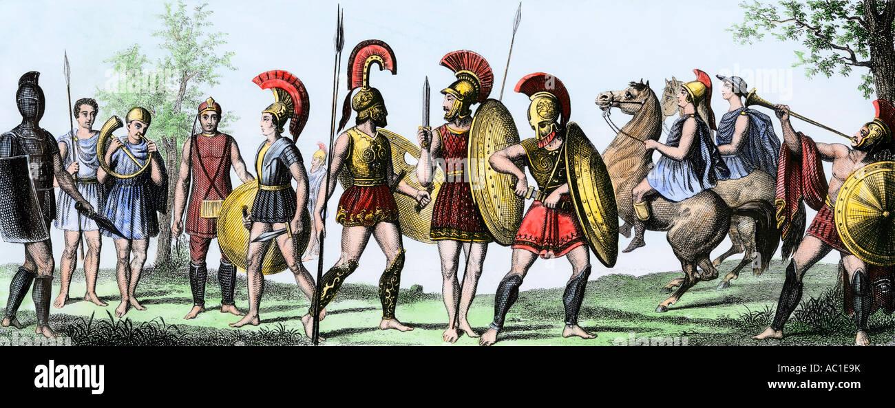 Soldaten des antiken Griechenlands mit ihren Waffen. Hand - farbige Gravur Stockbild