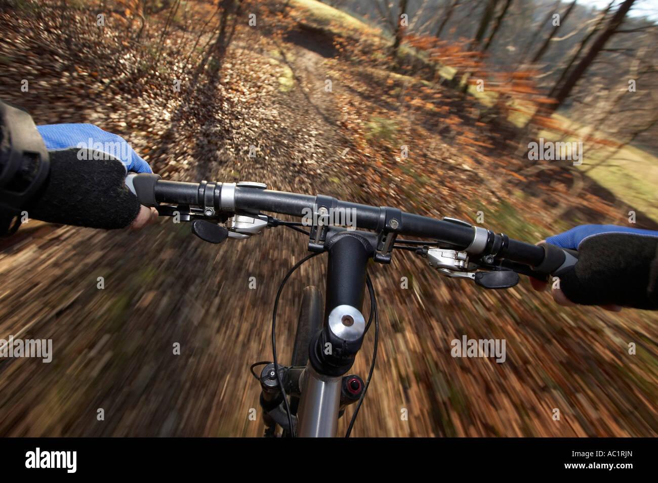 Lenker der treibende Mountain-Bike, Bewegungsunschärfe Stockbild