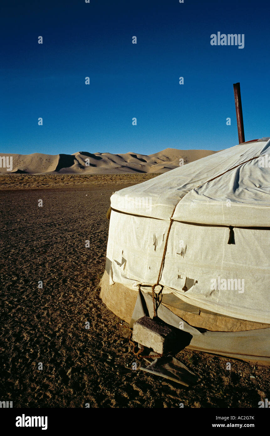 Mongolische Ger an den Dünen des Khongoryn Els in der Wüste Gobi in der äußeren Mongolei. Stockbild