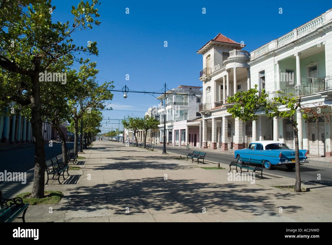 Alten kolonialen Gebäuden und einen amerikanischen Oldtimer auf der Prado Avenue in Cienfuegos, Kuba. Stockbild