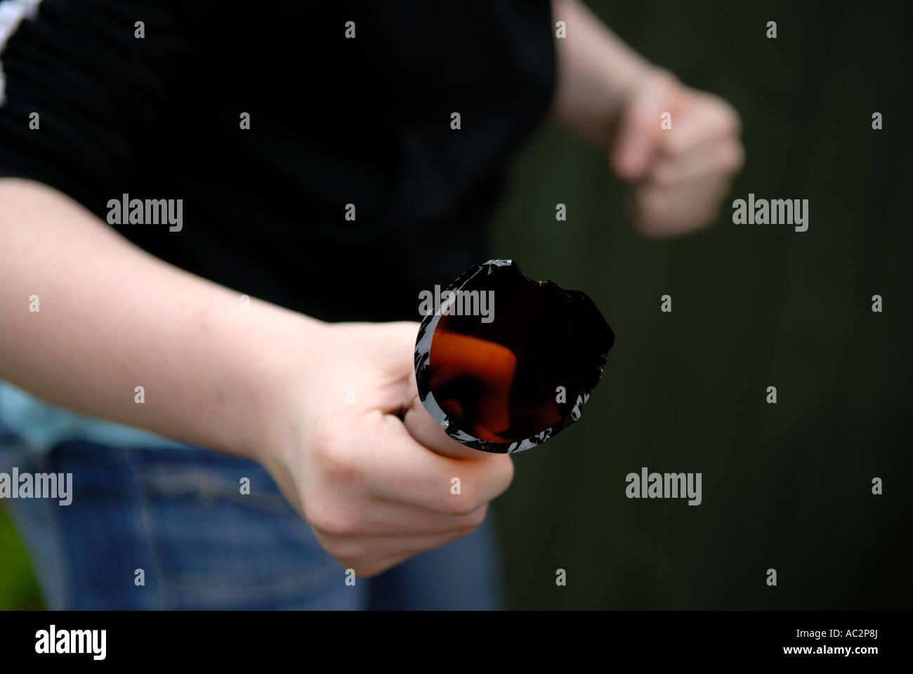 Jugend Holding zerbrochenen Flasche. Stockbild