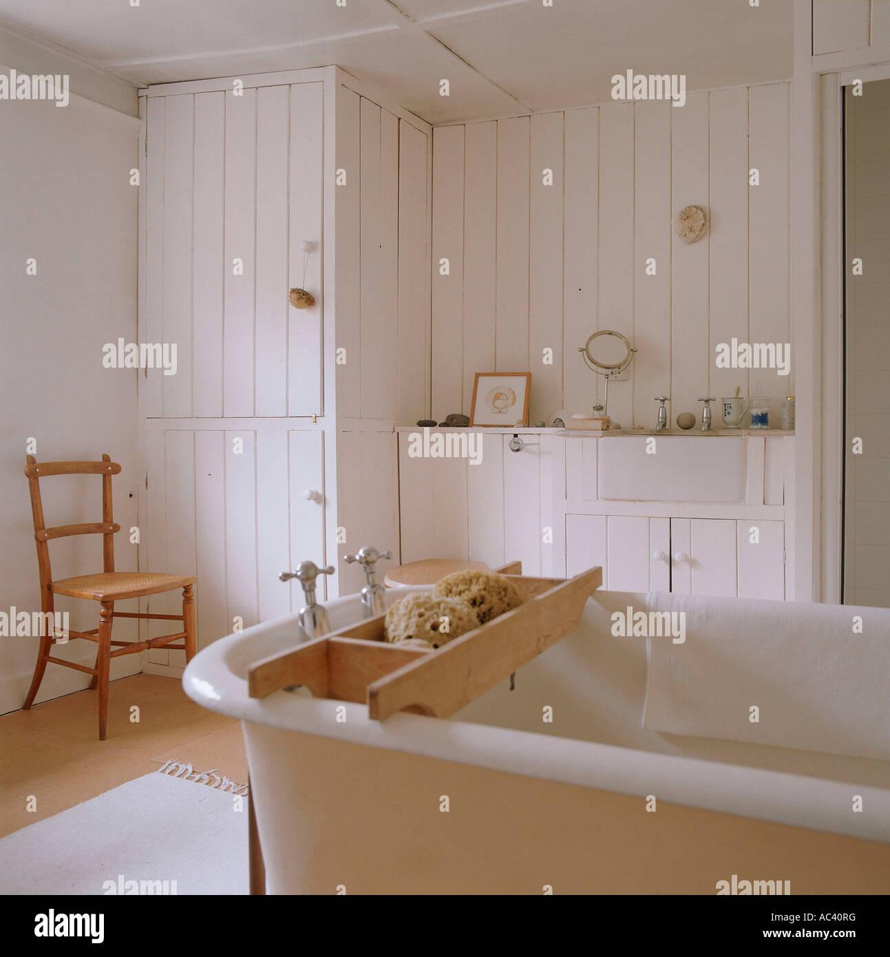 Freistehende Badewanne im weißen Badezimmer von restaurierten 18 ...