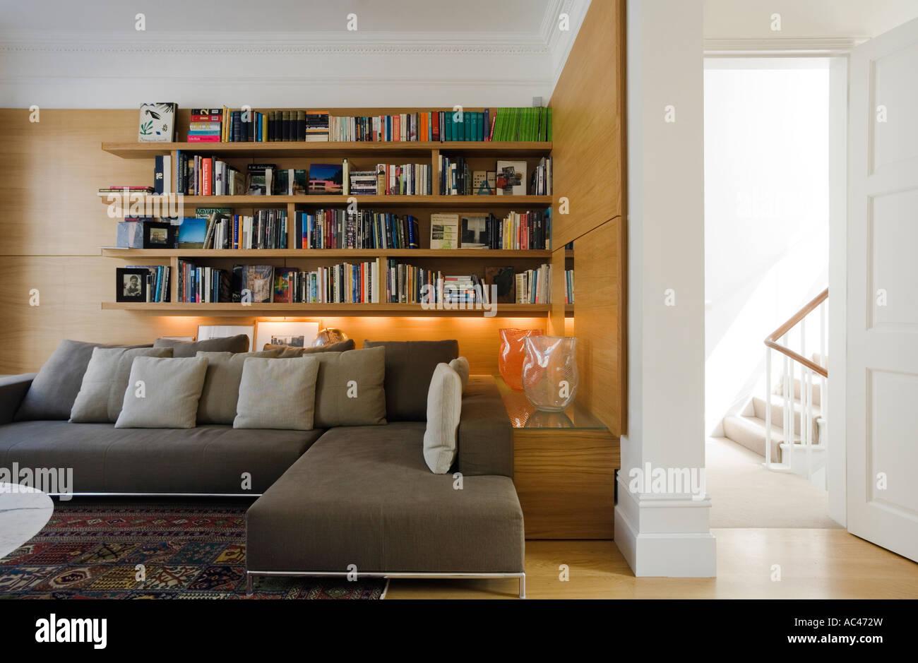 Modernes Wohnzimmer mit Bücherregal und 2 Stück grau Sofa im ...