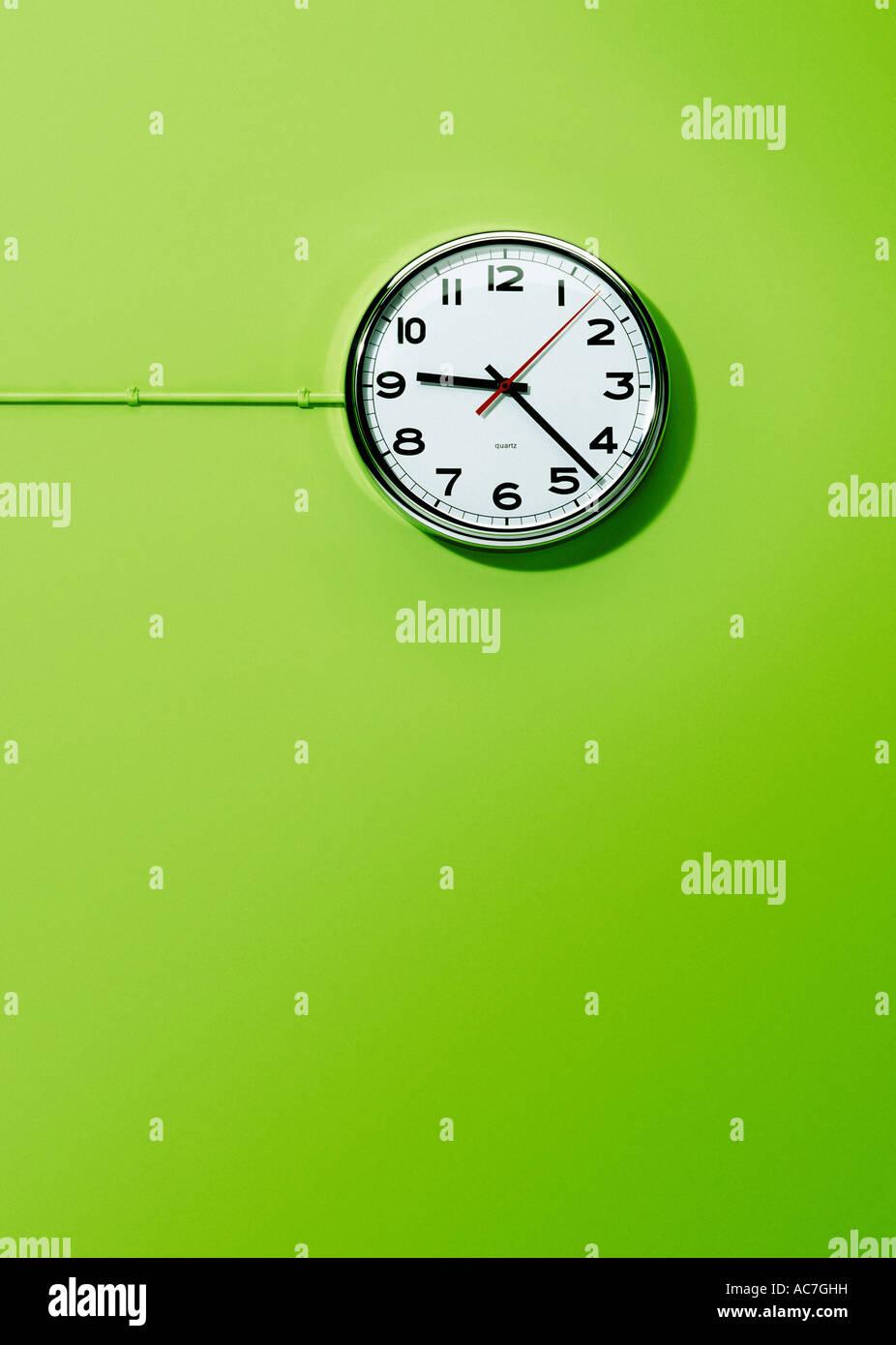 Wand montiert elektrische Büro Uhr Hintergrund lindgrün Stockbild