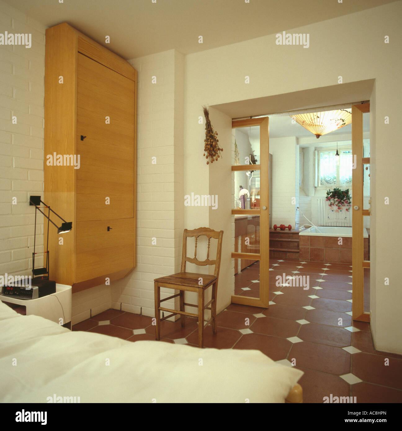 Neutrale Siebziger Jahre Schlafzimmer Und Eigenem Badezimmer Mit Braun Und  Creme Gefliesten Boden