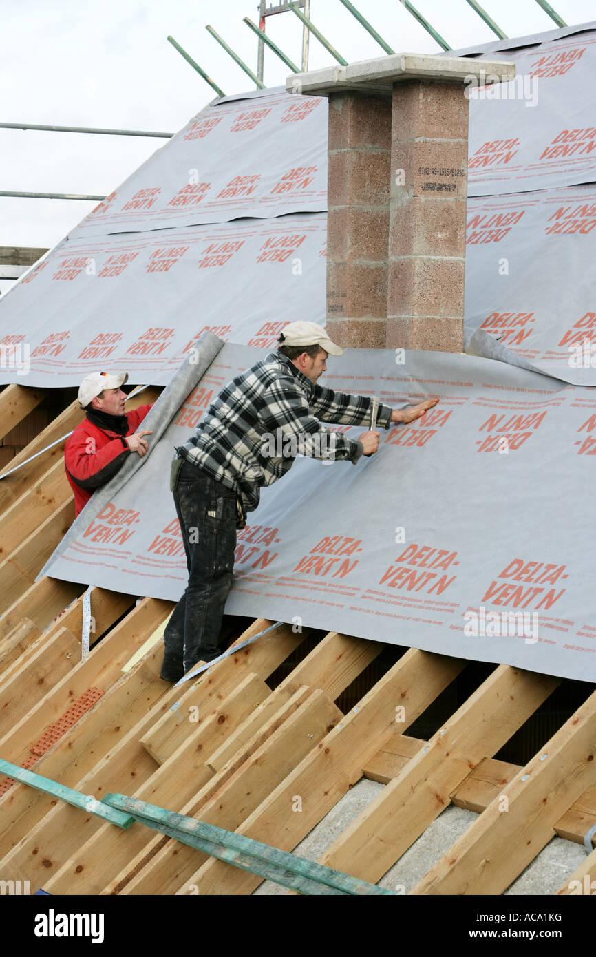 Dachdecker Dämmung das Dach eines Hauses, Essen, North Rhine-Westphalia, Germany Stockfoto