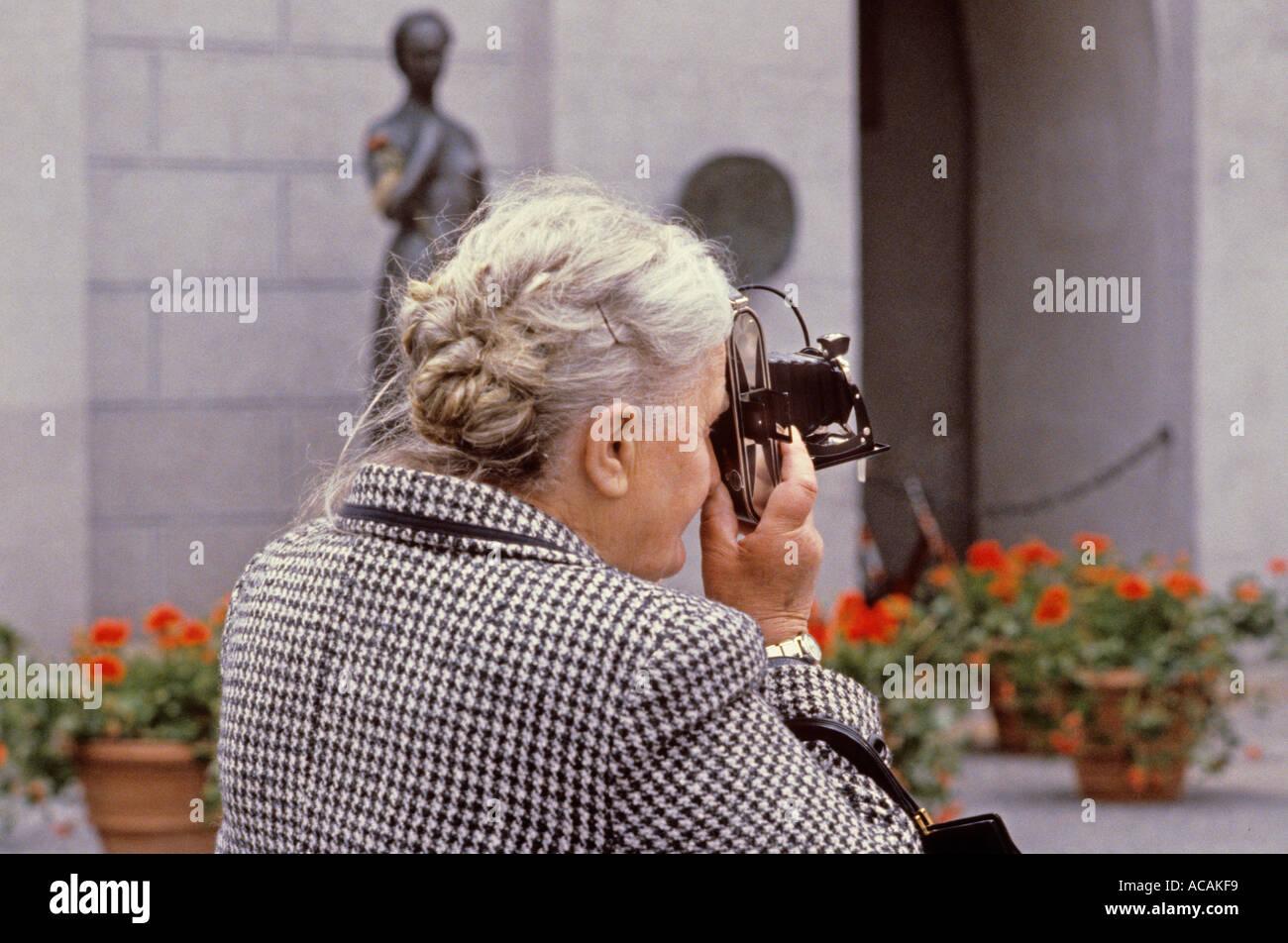 Britische reife Dame vor der Kamera
