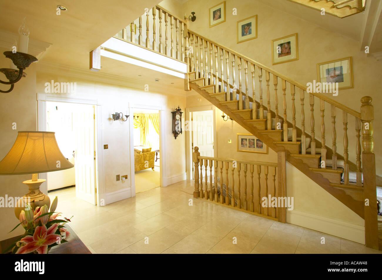 Kronleuchter Flur Modern ~ Treppe im flur großes modernes haus mit kronleuchter stockfoto bild