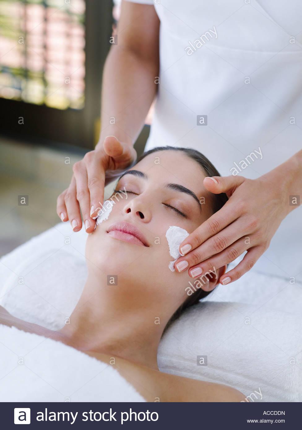 Frau erhält eine Gesichtsbehandlung Stockbild