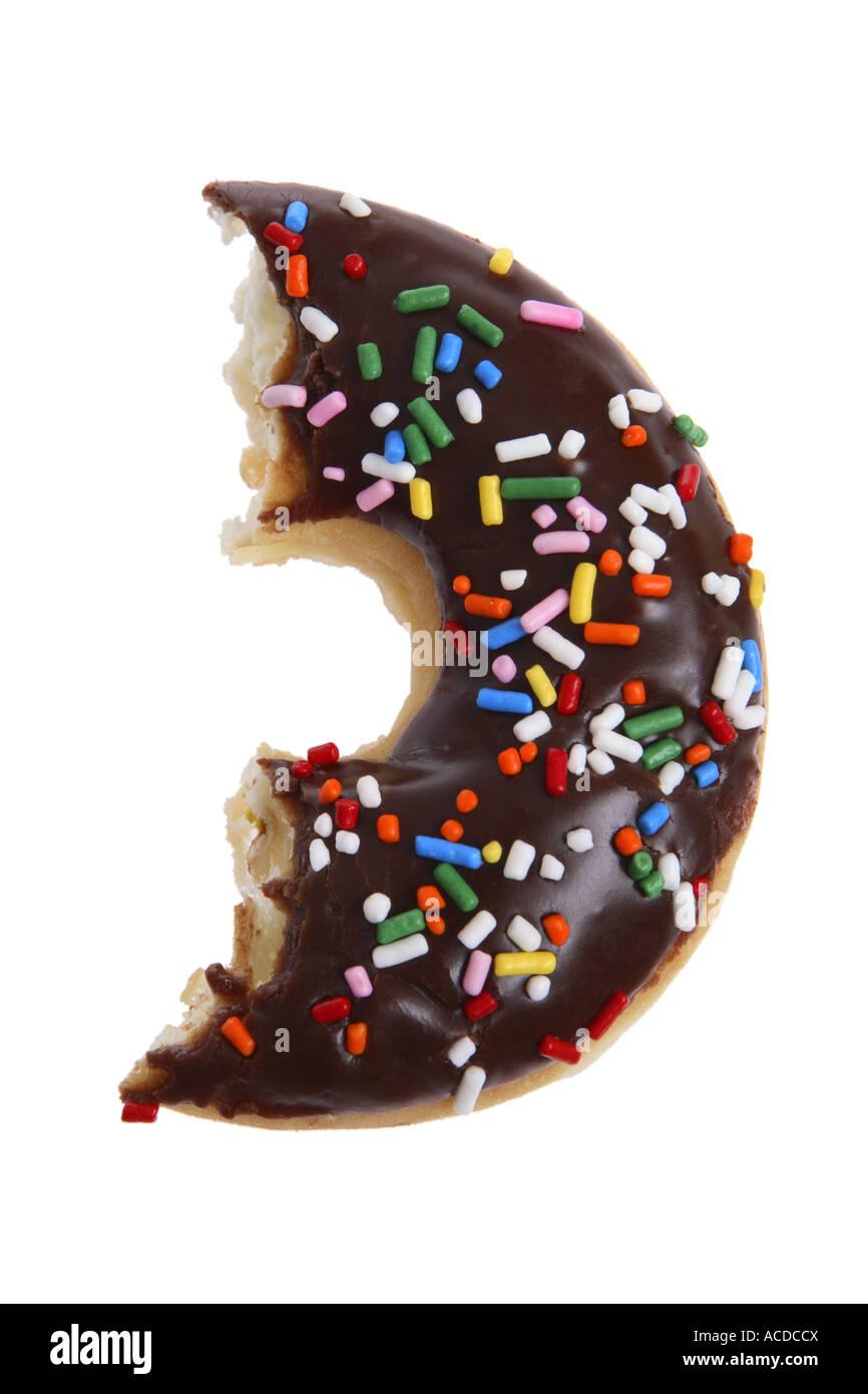 Die Hälfte gegessen Donut ausgeschnitten auf weißem Hintergrund Stockbild