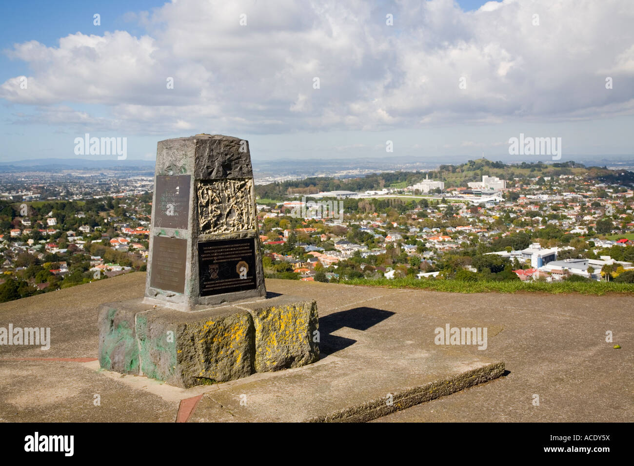 Mount Eden Domain Maungawhau Gipfel Stein Obelisk Denkmal am Aussichtspunkt auf ruhende Vulkankegel Auckland New Stockbild