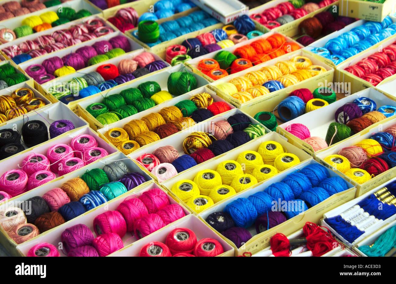 Buntes Tuch Thread und Textilien in den Comolapa Märkten in Guatemala, Mittelamerika Stockbild