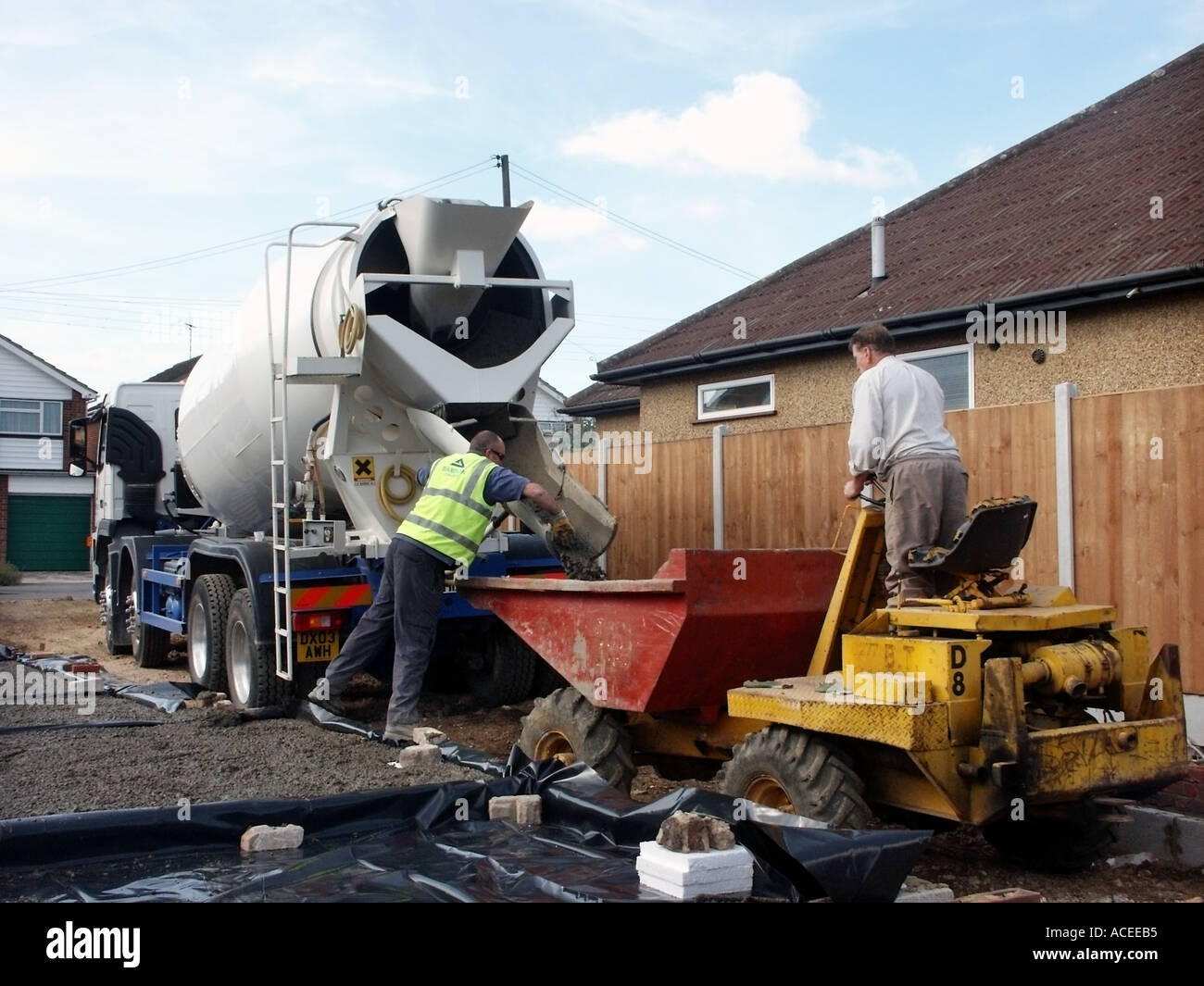 Beton Betonmischer Lieferung Lkw Lkw Treiber Auf Neues Haus Bau