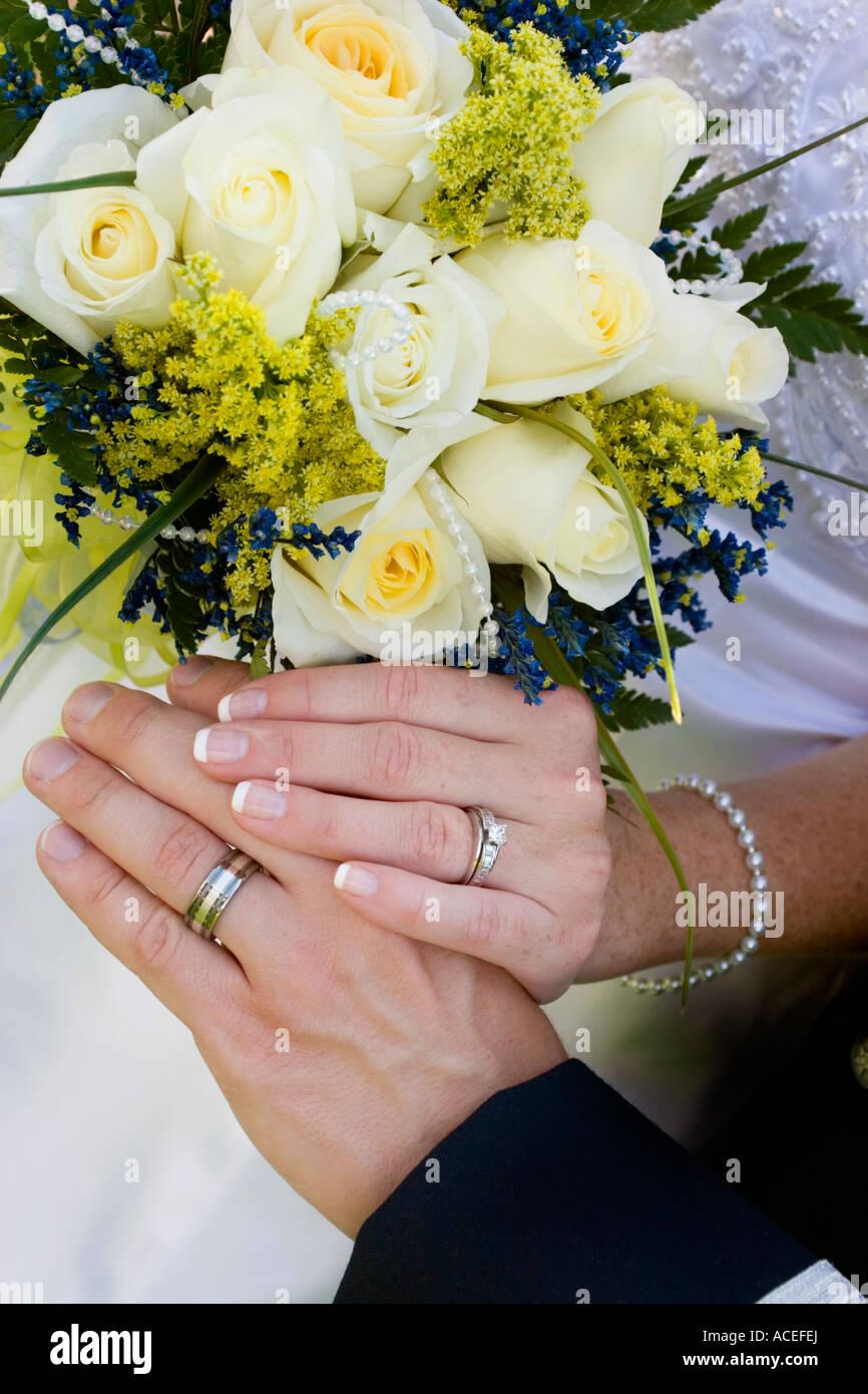 Die Hande Hochzeit Blumen Ringe Braut Und Brautigam Hand In Hand