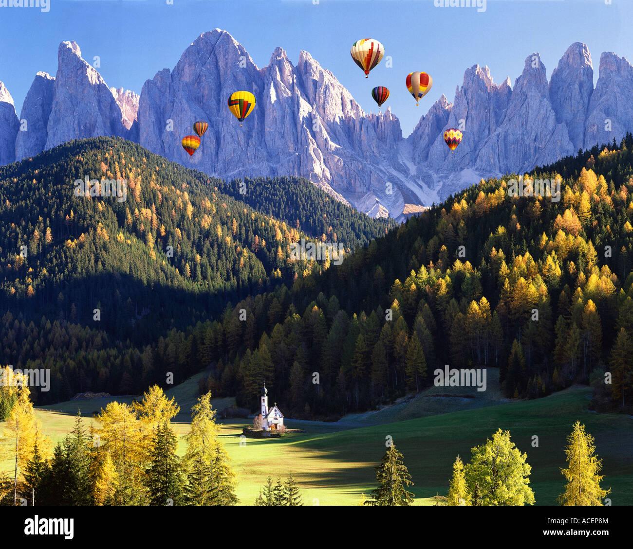Es - Dolomiten: St. Johann in ranui und geisler spitzen Berge Stockbild