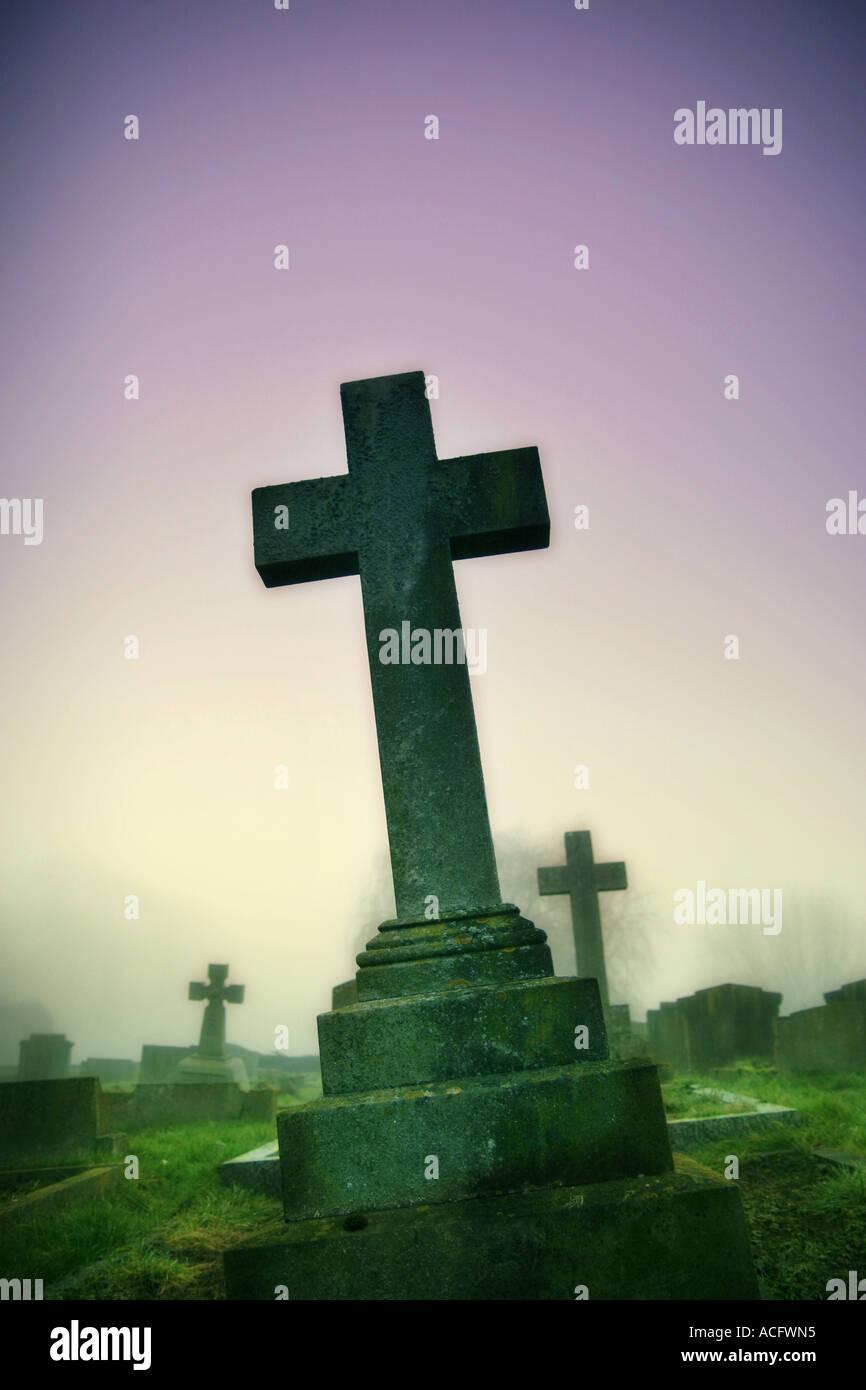 Foto eines Kreuzes auf einem Friedhof Stockbild