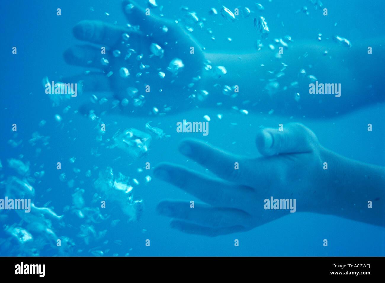 Hände einer Frau unter Wasser Blasen Stockbild