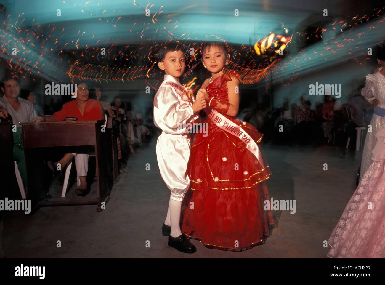 Philippinen Luzon Insel Herr Jean Paola Yu 9 Tanze Mit Jungen Escort Bei Ms Valentine Schonheitswettbewerb In Legazpi