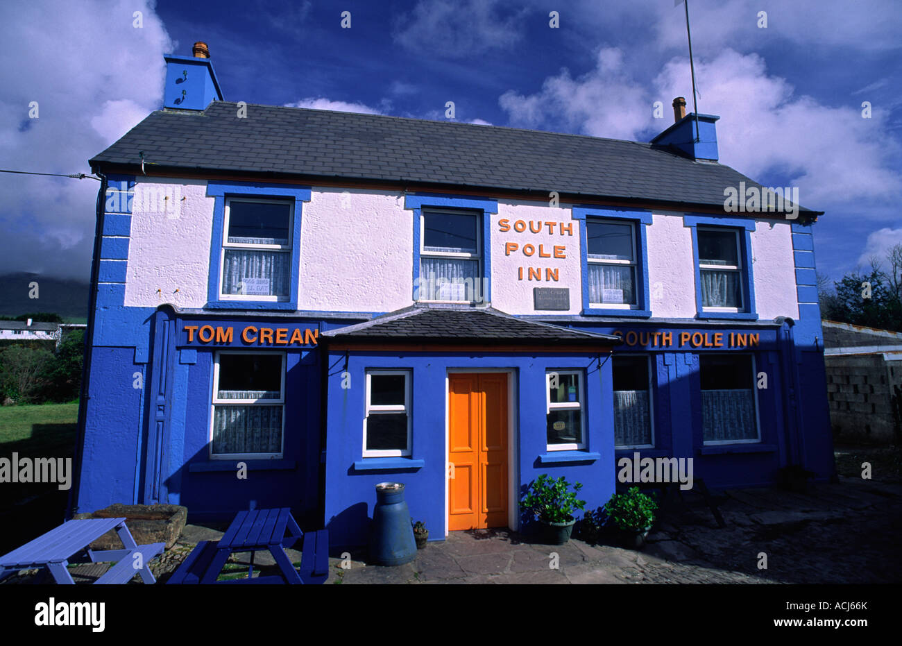 Fassade der Südpol Inn, Tom Crean's Pub. Annascaul, Halbinsel Dingle in der Grafschaft Kerry, Irland. Stockbild